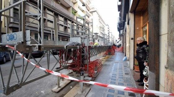 Bari, passante ferito durante lo smontaggio di un'impalcatura in centro: non è grave