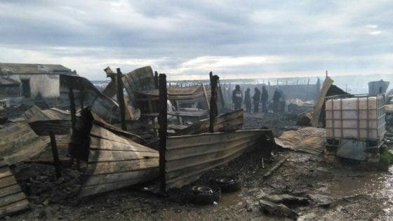 Rignano: incendio distrugge ghetto dei migranti
