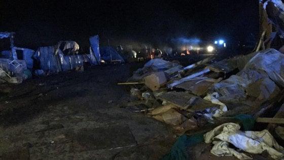 Foggia, un incendio distrugge il ghetto di Rignano: 500 migranti sfollati nella notte