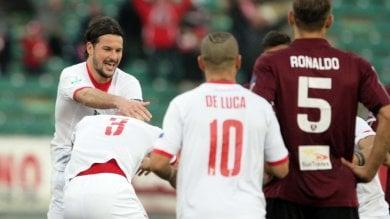 Bari, doppia punizione alla Salernitana De Luca e Daprelà: il 2-0 è da applausi