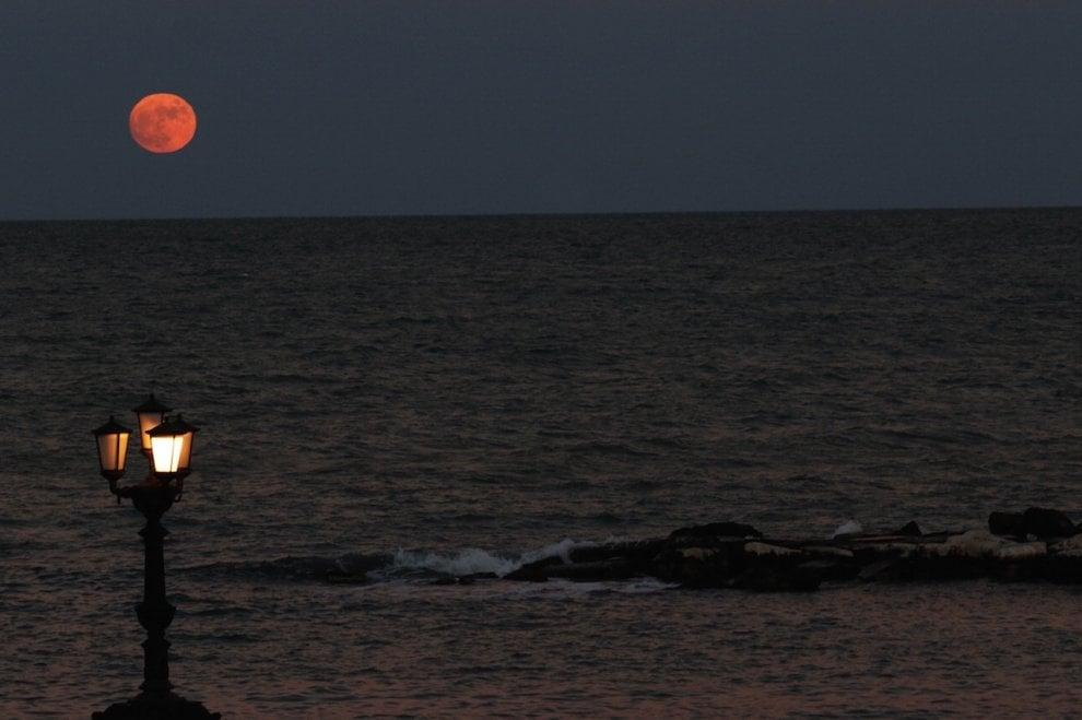 Bari Rosso Di Sera La Luna Piena Spunta Dal Mare 1 Di 1 Bari