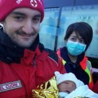 Migranti, 55 persone soccorse su una barca alla deriva nel Salento: a bordo anche un neonato