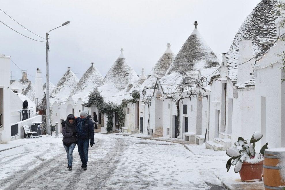 Neve in Puglia, l'incanto dei trulli di Alberobello