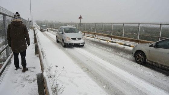Neve in Puglia, ad Altamura una 49enne scivola sul ghiaccio e muore. Disagi dalla Murgia al Salento