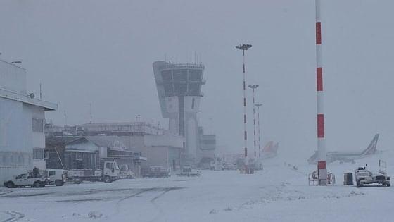 Maltempo in Puglia, neve e ghiaccio anche a Bari. Città isolate, aeroporti a singhiozzo