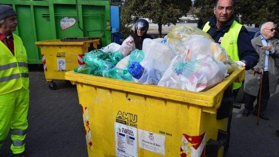 Bari, differenziata è 'sporca': la metà di vetro e plastica in discarica perché contaminata da altri rifiuti