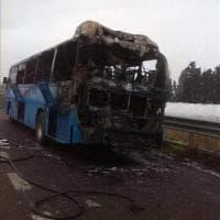 Matera, a fuoco sulla Jonica il bus con gli studenti: nessun ferito. Latronico