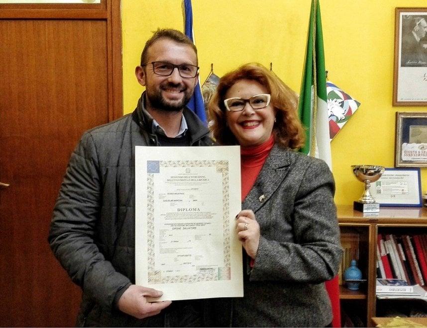 Marò, a Girone il diploma preso in videoconferenza dall'India