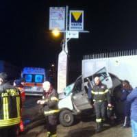 Bari, l'auto va fuori strada e si schianta contro un muro: gravi due ragazze