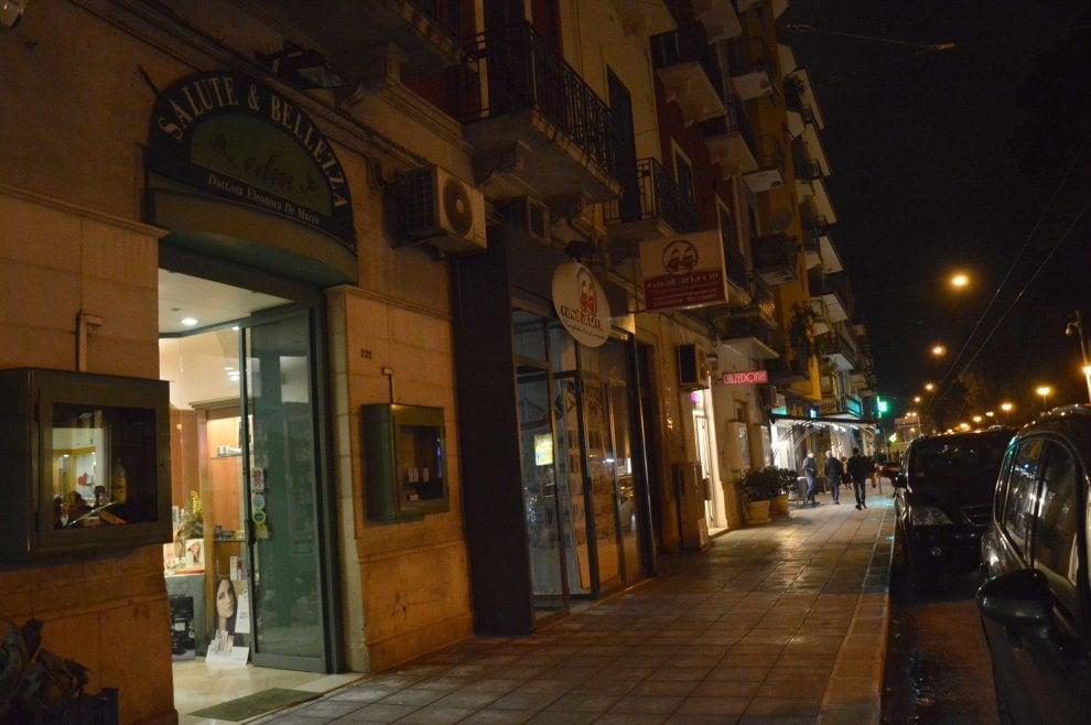 Bari il flashmob dei commercianti lumini nei negozi bui for Negozi arredamento bari