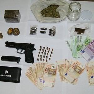 Bari, nascondeva la droga e una pistola nella cabina armadio: 22enne arrestato