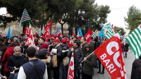 """Bari, traffico in tilt per il corteo con i lavoratori dei call center: """"Vittime anche noi del caporalato"""""""