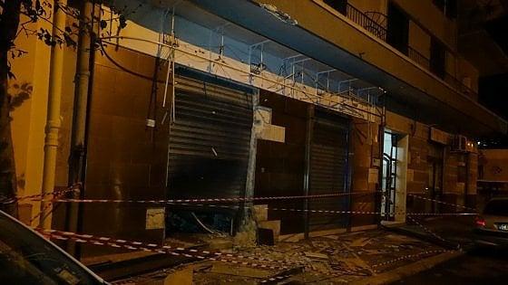 Puglia terrore, esplode bomba davanti ad un supermercato, macchine distrutte