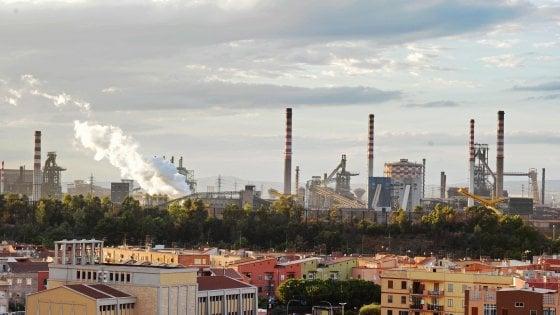 """Ilva di Taranto, il colosso indiano Jindal apre alla decarbonizzazione: """"Faremo tornare blu il cielo"""""""