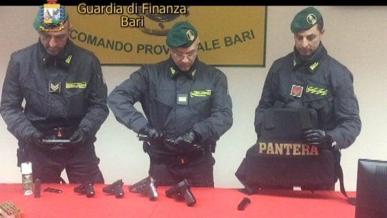 Bari, sequestrato un arsenale del clan Strisciuglio: 6 pistole e oltre 600 proiettili
