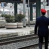Brindisi, tenta di salire  sul treno in corsa e resta stritolato: 30enne perde  un braccio e una gamba