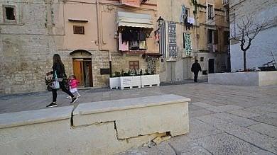 """Bari vecchia, auto danneggia la piazza  degli innamorati: """"E adesso 6 pilomat"""""""