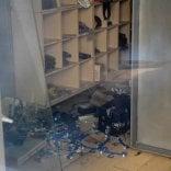 """Bari, vetrine sporche  nei negozi chiusi.  Decaro: """"Obbligherò  i proprietari a pulirle"""