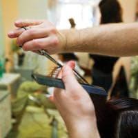 Bari, parrucchiere offre lavoro via Fb ma esclude le donne sposate: sui