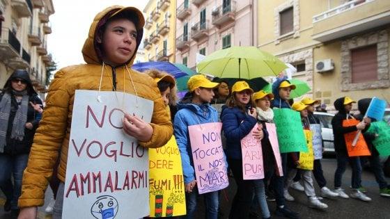 """Ilva di Taranto, la marcia dei bambini contro l'inquinamento: """"Non vogliamo più ammalarci"""""""