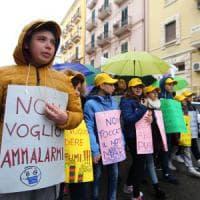 Ilva di Taranto, la marcia dei bambini contro l'inquinamento: