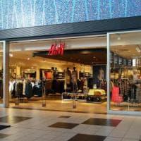 Bari, prendono capi per 2mila euro da H&M ma il giudice le scarcera: