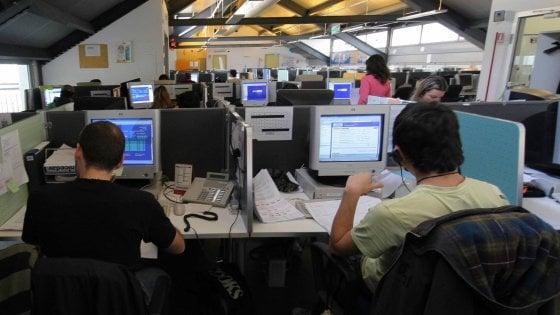 """Taranto, i lavoratori del call center retribuiti meno di 2 euro l'ora. La Cgil: """"E' schiavismo"""""""