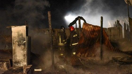 Foggia, incendio nel 'Gran ghetto' di Rignano appena sgomberato: morti due migranti