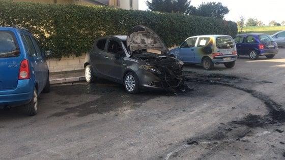 Foggia, dipendente licenziato incendia l'auto dell'ex direttore dell'azienda di trasporti: denunciato