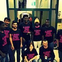 Taranto, migranti donano una parte