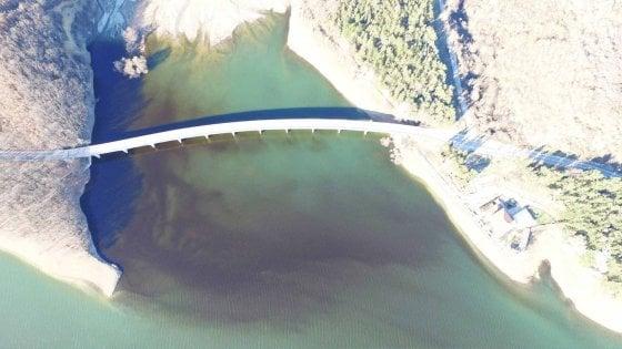 """Pertusillo, il caso della chiazza nell'invaso che dà l'acqua alla Puglia: """"Non è petrolio, ma alghe"""""""