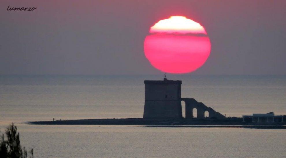 Salento, tramonto show: il sole è una palla di fuoco