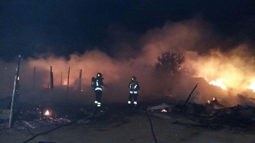 Bari, incendio al campo rom di Japigia: nessun ferito