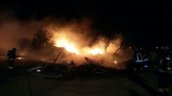 Bari, incendio nel campo rom di Japigia: nessun ferito, distrutte alcune baracche