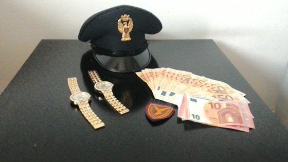 Bari, vendevano orologi taroccati davanti alla stazione Centrale: scoperti e denunciati in due