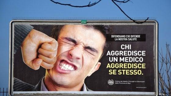Medici aggrediti, in Puglia è emergenza: maxi poster nelle città per la campagna dell'Ordine