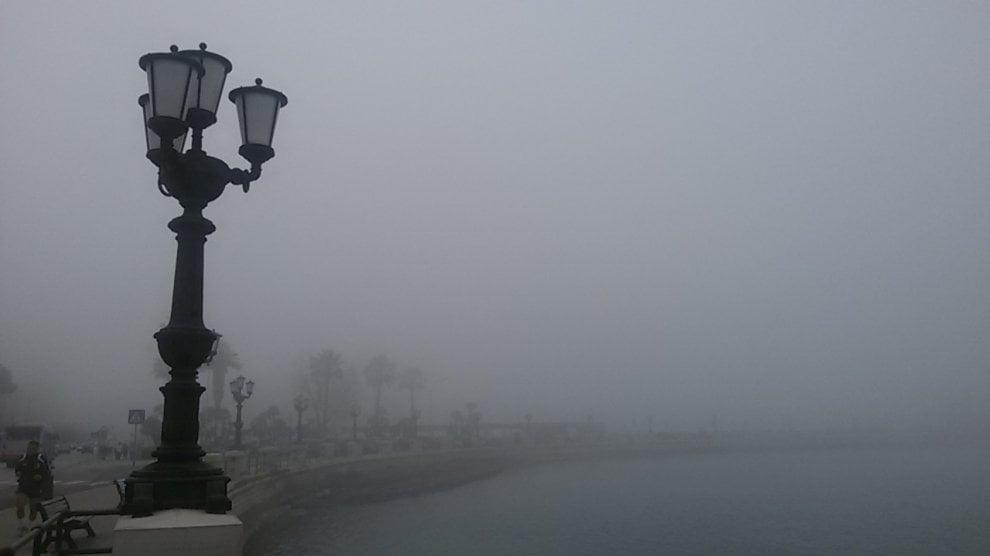 La nebbia avvolge il lungomare: Bari sembra Milano