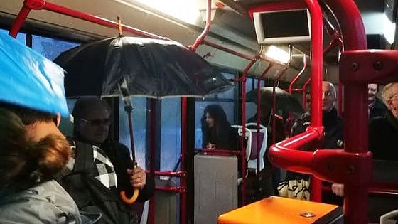 Bari, piove nei bus Amtab: la fotodenuncia dei passeggeri con gli ombrelli aperti a bordo
