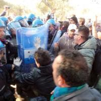 Gasdotto Tap, alta tensione nel Salento: sassi contro gli agenti e manganellate
