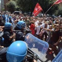 Taranto, disordini e scontri durante la visita di Renzi: 15 manifestanti