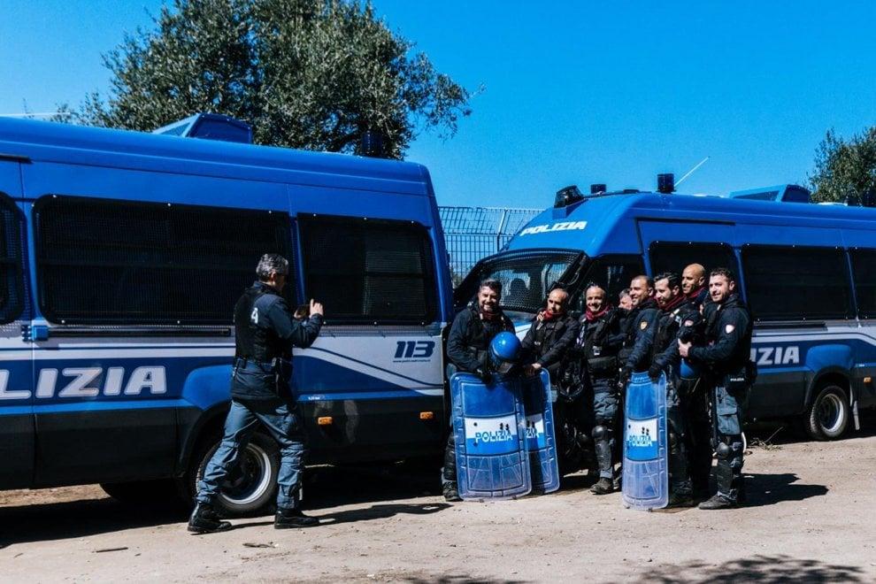 Gasdotto, la foto ricordo dei poliziotti e l'ira dei No Tap