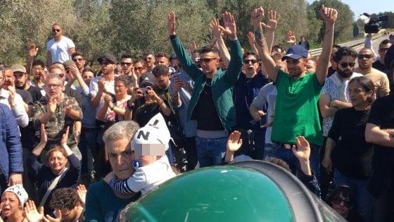 Gasdotto, i manifestanti in strada con i bambini: bloccati i lavori dopo il blitz di Tap
