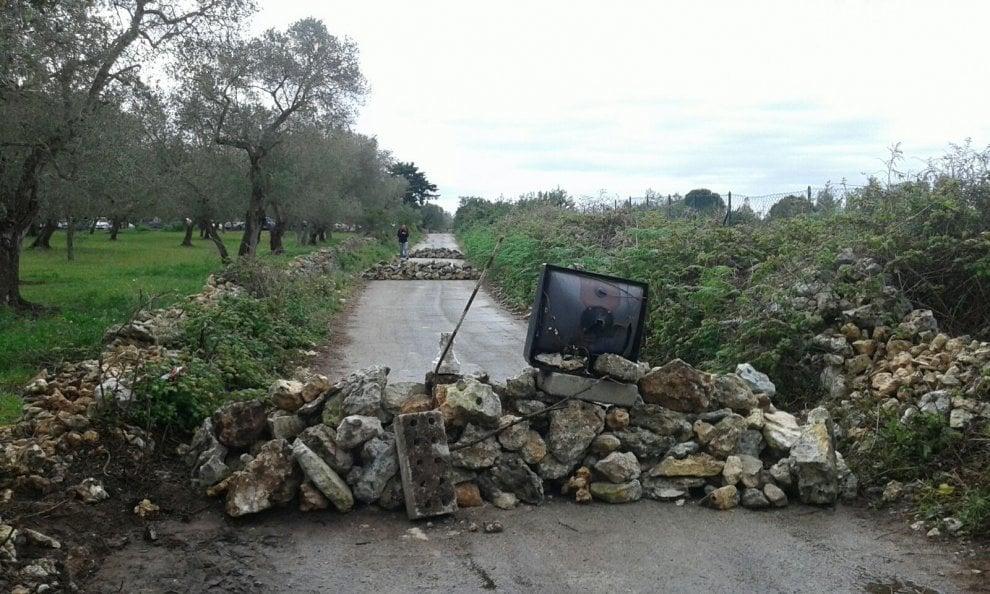 Gasdotto Tap, massi e vecchie tv per fermare i camion