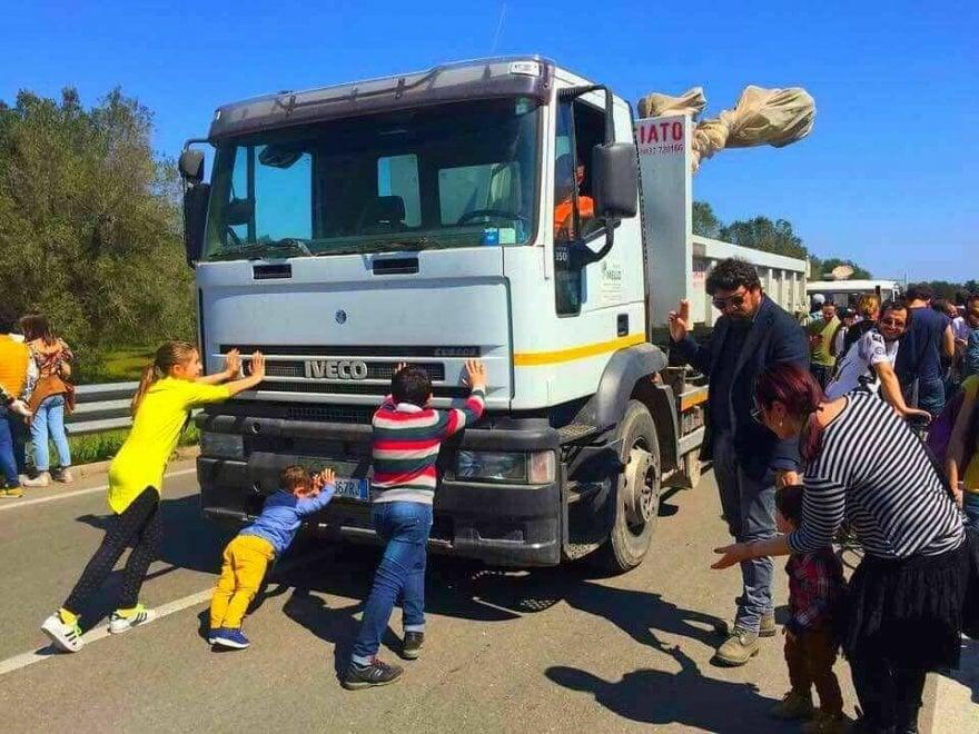 I bambini e il camion Tap: la foto simbolo della protesta