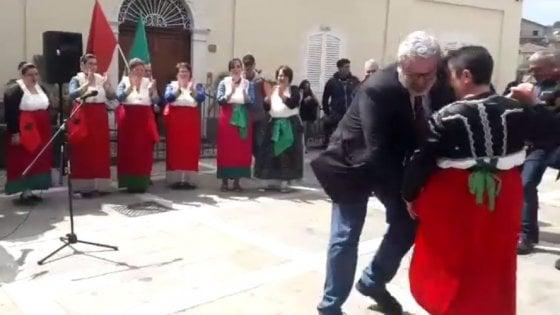 Michele Emiliano si infortuna mentre balla la tarantella: operato al tendine