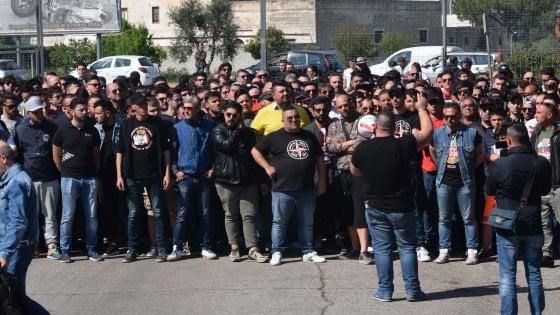 """Centinaia di tifosi contestano il Bari prima dell'allenamento: """"Chi non vuole lottare stia fuori"""""""