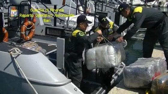 Bari, sei quintali di marijuana davanti la costa: arrestati 2 albanesi