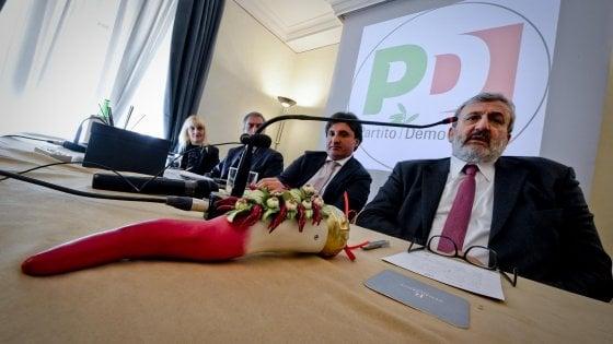 Primarie Pd, dal sindaco di destra appello al voto per Emiliano: in Puglia bufera nel partito