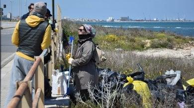 Foto  Earth Day, a Bari i volontari  ripuliscono il litorale di Torre Quetta