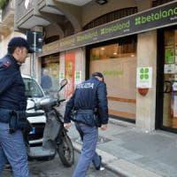 Bari, rapina nel centro scommesse: banditi in fuga con un bottino di 5mila